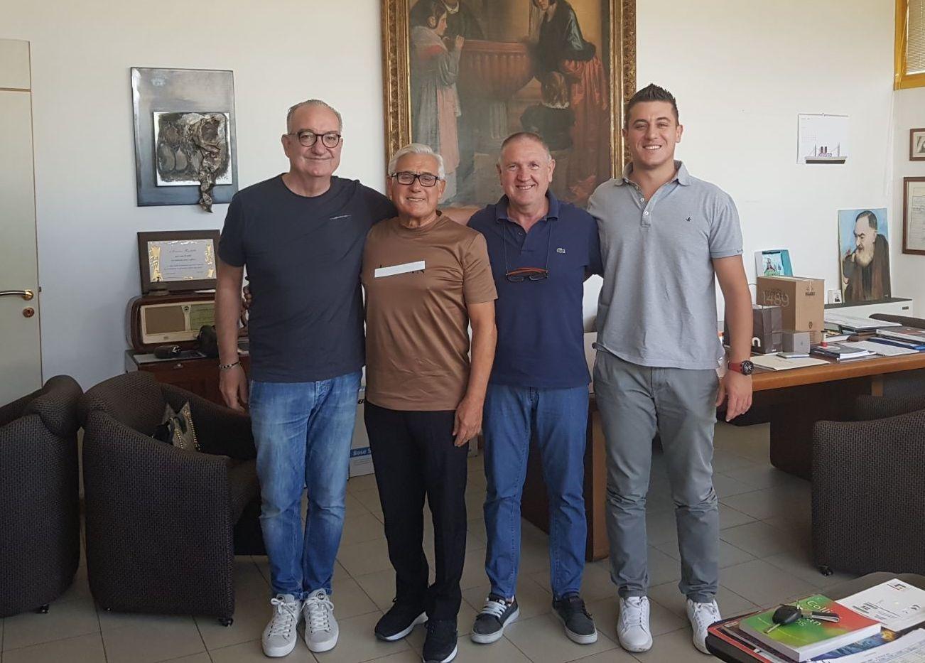 """Holding Barbetta e il Toro  Stretta di mano per una Frata più """"chic ... 082649c54b9a"""